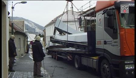 Universal Transport - Abladen der Teile des Glockenturmes